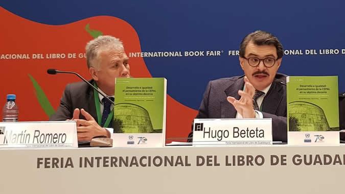 Hugo Beteta, Director de la Sede subregional de la Comisión en México, presentó el libro de la CEPAL en la Feria Internacional del Libro de Guadalajara.