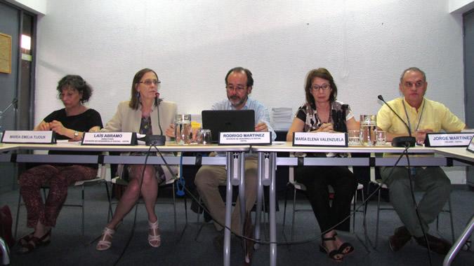 Ponentes en el un conversatorio sobre migración y protección civil en la CEPAL.