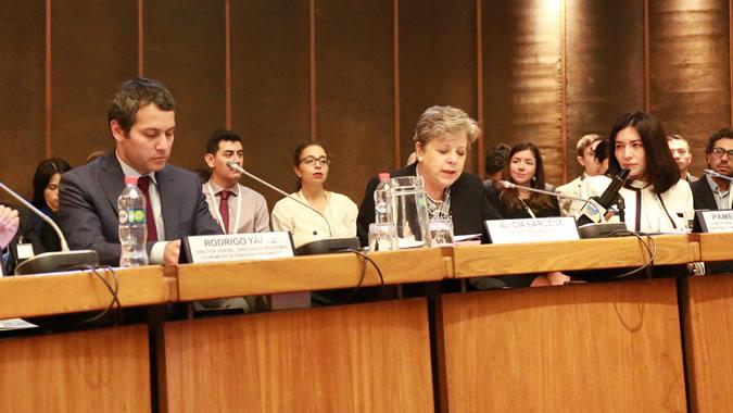 De izquierda a derecha: Rodrigo Yáñez, Director General de la DIRECON Chile; Alicia Bárcena, Secretaria Ejecutiva de la CEPAL; y Pamela Oróstica, Directora de REDCAEM.