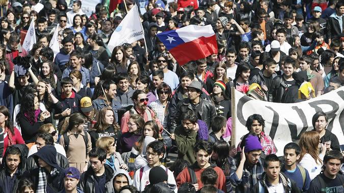Jóvenes en una manifestación en Chile.