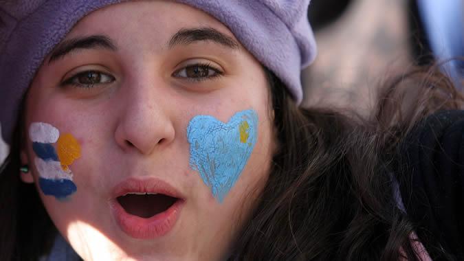 Una joven uruguaya celebra con la cara pintada el triunfo de la selección de su país en el Mundial de Sudáfrica.
