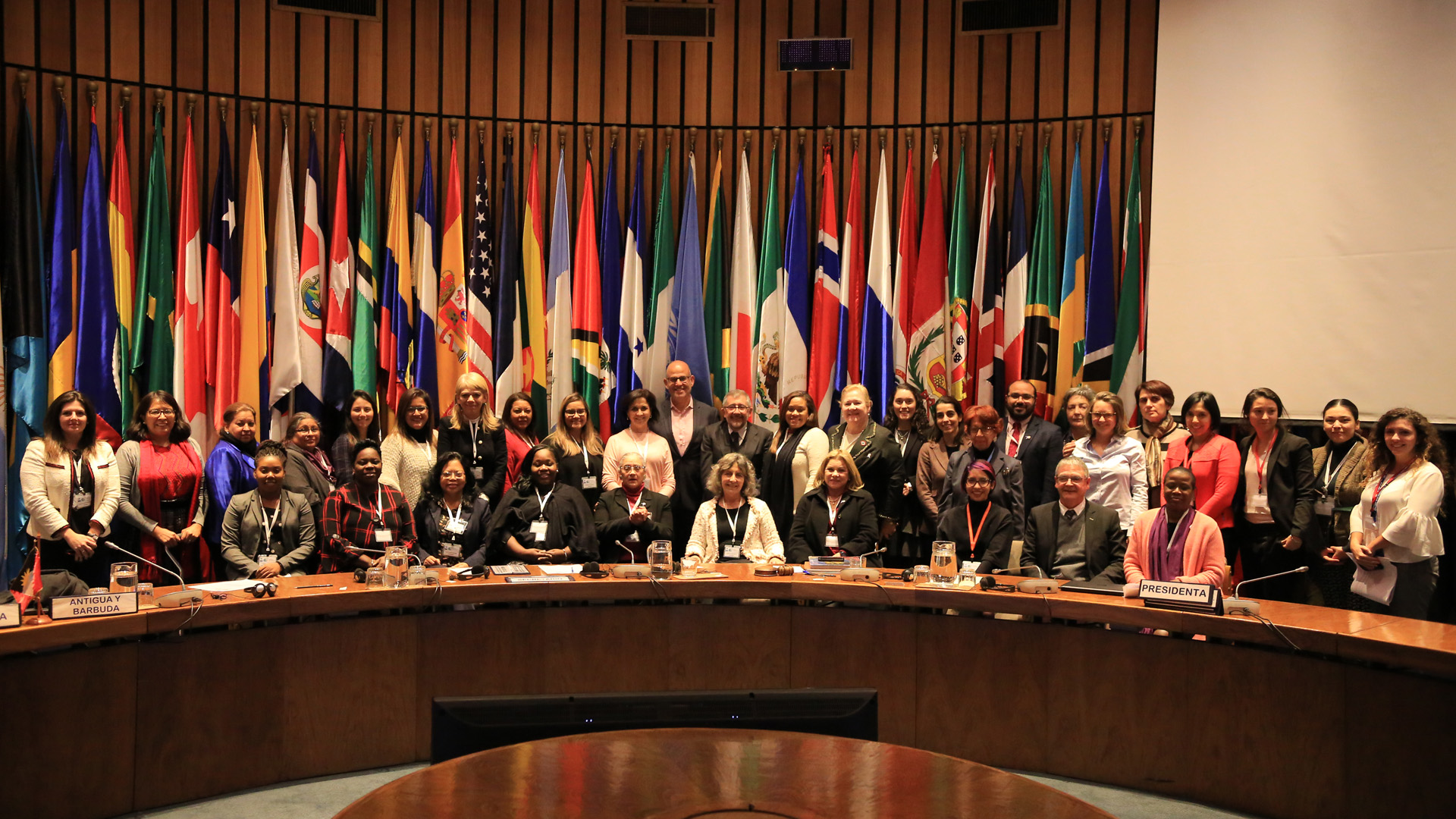 Fotografía de grupo de los participantes en la quincuagésima séptima reunión de la Mesa Directiva de la Conferencia Regional sobre la Mujer de América Latina y el Caribe.