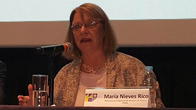 foto de María Nieves Rico, Directora de la División de Asuntos de Género, durante la reunión de especialistas en México.