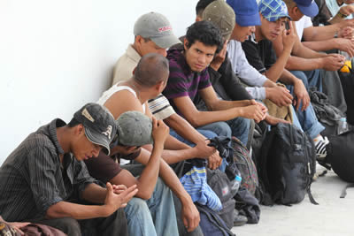 Migrantes sentados esperando