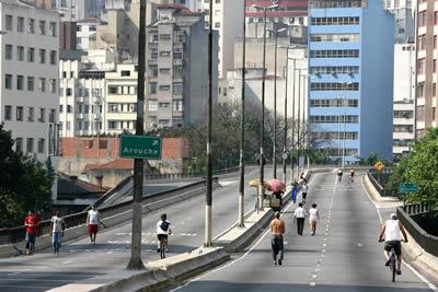 Calle con personas caminando y en bicicleta