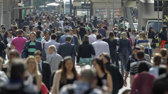 Ciudadanos caminan por las calles de una ciudad latinoamericana.