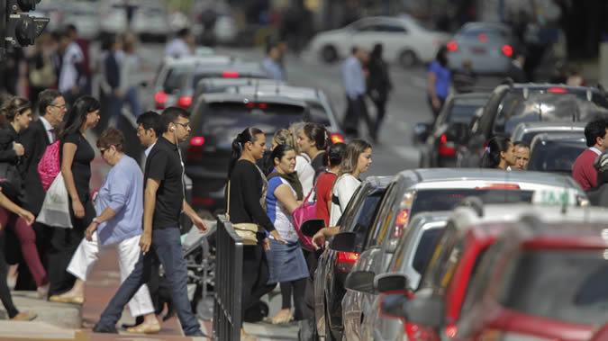 Imagen de personas cruzando la calle.
