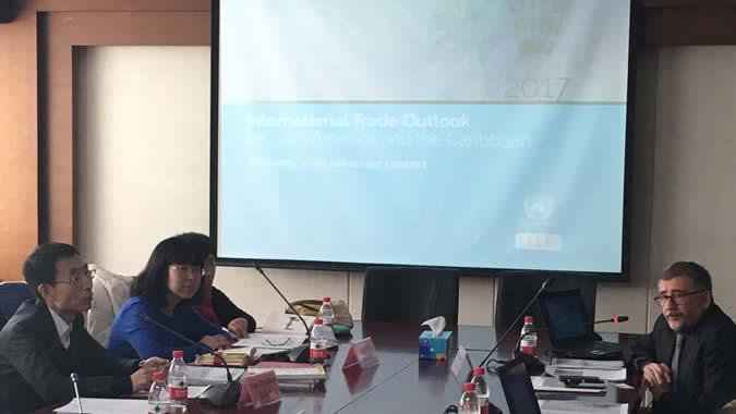 Mario Cimoli, Director de la División de Desarrollo Productivo y Empresarial de la CEPAL (a la derecha), durante su presentación en Beijing