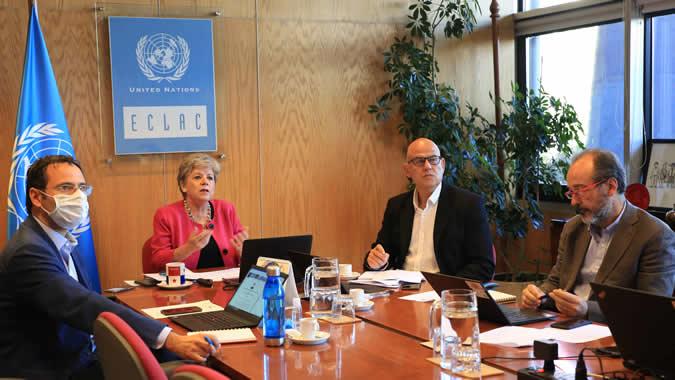 Alicia Bárcena, Secretaria Ejecutiva de la CEPAL, junto a expertos de la CEPAL, durante su presentación.