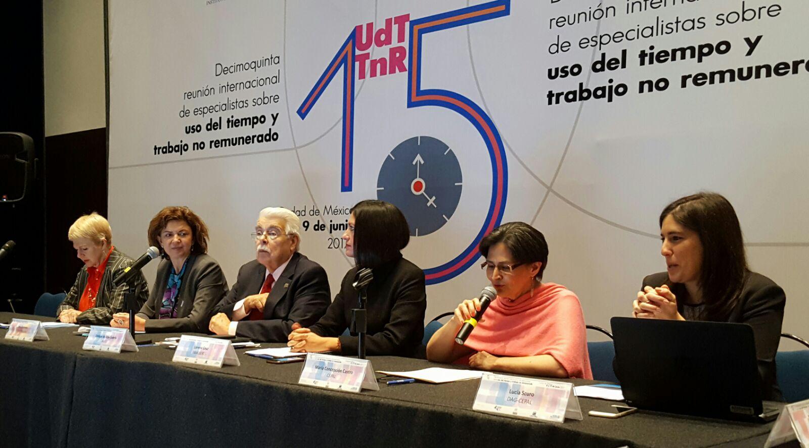 De izquierda a derecha: María Esther Pozo, de AMEXID; Ana Güezmes, de ONU Mujeres México; Enrique de Alba Guerra, de INEGI; Lorena Cruz, Presidenta de INMUJERES México; María Concepción Castro, Directora Adjunta de la Sede Subregional de la CEPAL en México; y Lucía Scuro, de la División de Asuntos de Género de la CEPAL.