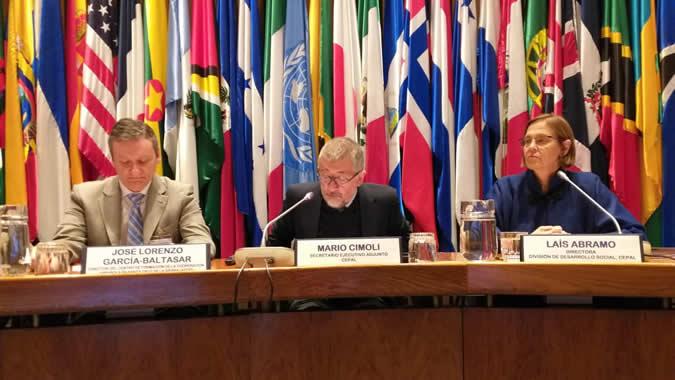 De izquierda a derecha: José Lorenzo García-Baltasar de AECID; Mario Cimoli, Secretario Ejecutivo Adjunto de la CEPAL, y Laís Abramo, Directora de la División de Desarrollo Social de la CEPAL.