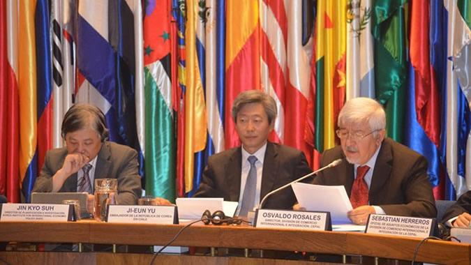 Oslvado Rosales de la CEPAL habla en presencia del Embajador de la República de Corea
