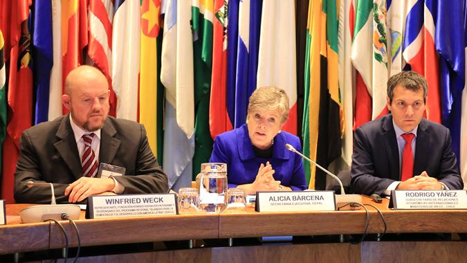 La Secretaria Ejecutiva de la CEPAL, Alicia Bárcena (al centro), acompañada por Rodrigo Yáñez, Subsecretario de Relaciones Económicas Internacionales de Chile (derecha), y Winfried Weck, Representante de la Fundación Konrad Adenauer en Panamá