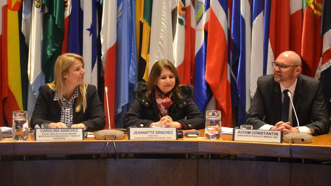 De izquierda a derecha: Carolina Sánchez, Secretaria de Política Minera de Argentina; Jeannette Sánchez, Directora de la División de Recursos Naturales de la CEPAL; y Achim Constantin, Director de Proyecto del Programa de Cooperación Regional para la Gestión Sustentable de los Recursos Mineros en los Países Andinos (MINSUS)