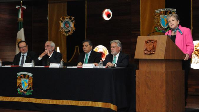 La Secretaria Ejecutiva de la CEPAL, Alicia Bárcena (a la derecha) durante su conferencia magistral realizada en la sede de la UNAM, en Ciudad de México