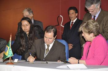 El Ministro de Ciencia y Tecnología de Brasil, Sérgio Machado Rezende, y la Secretaria Ejecutiva de la CEPAL, Alicia Bárcena, firmaron el acuerdo.