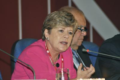 """Alicia Bárcena, Secretaria Ejecutiva de la CEPAL, presentó el documento """"La hora de la igualdad. Brechas por cerrar, caminos por abrir"""", durante el Trigésimo tercer período de sesiones de la CEPAL en Brasilia."""