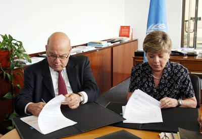 El Secretario General de la OEA, José Miguel Insulza, junto a la Secretaria Ejecutiva de la CEPAL, Alicia Bárcena.