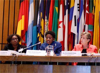 De izquierda a derecha, Elizabeth Thompson, Coordinadora Ejecutiva de la Conferencia de las Naciones Unidas sobre Desarrollo Sostenible, Asha-Rose Migiro, Vice-Secretaria General de la ONU, y Alicia Bárcena, Secretaria Ejecutiva de la CEPAL.