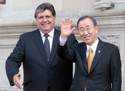 Alan García, Presidente de Perú (izq), junto a Ban Ki-moon, Secretario General de la ONU.