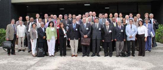Foto grupal de los delegados asistentes a la Décima reunión del comité ejecutivo de la Conferencia Estadística de las Américas (CEA-CEPAL), en La Hababa, Cuba.