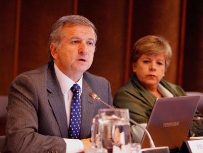 El Ministro de Hacienda de Chile, Felipe Larraín, durante su conferencia en la CEPAL. Lo acompaña la Secretaria Ejecutiva de la CEPAL, Alicia Bárcena.