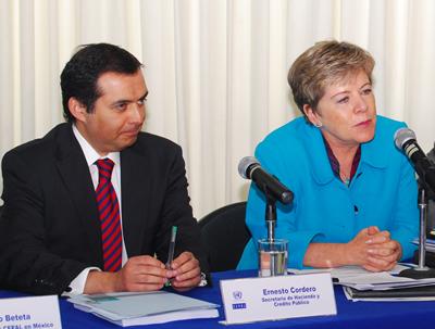 El Secretario de Hacienda y Crédito Público de México, Ernesto Cordero, junto a la Secretaria Ejecutiva de la CEPAL, Alicia Bárcena, durante la presentación del informe sobre La inversión extranjera en América Latina y el Caribe 2010, realizada en Ciudad de México.