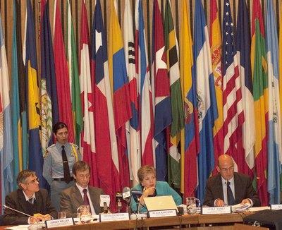 De izquierda a derecha, Jurgen Weller, Oficial de Asuntos Económicos de la CEPAL, Osvaldo Kacef, Director de la División de Desarrollo Económico de la CEPAL, Alicia Bárcena, Secretaria Ejecutiva de la CEPAL, y Luis Fidel Yáñez, Oficial a Cargo de la Secretaría de la Comisión CEPAL.