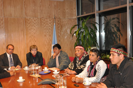 Los representantes de la Alianza Territorial Mapuche (de derecha a izquierda) Mijael Carvones Queipul, Sandra Meza Huencho, Longko Juan Catrillanca y Longko Juan Carlos Curinao, junto a Alicia Bárcena, Secretaria Ejecutiva de la CEPAL, y Amerigo Incalcaterra, Representante Regional para América del Sur del ACNUDH.