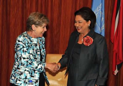 Alicia Bárcena, Secretaria Ejecutiva de CEPAL (izq) saluda a Kamla Persad-Bissessar, Primera Ministra de Trinidad y Tobago