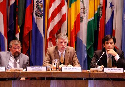 De izquierda a derecha: Mario Cimoli, Director de la División de Desarrollo Productivo y Empresarial de la CEPAL, Antonio Prado, Secretario Ejecutivo Adjunto de la CEPAL, y Arturo Muente, representante del Banco Mundial.