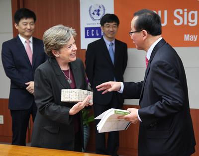 Alicia Bárcena, Secretaria Ejecutiva de la CEPAL, y Oh-Seok Hyun, Director del KDI, se saludan tras la firma del acuerdo de cooperación entre ambas instituciones.