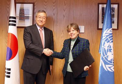 Alicia Bárcena, Secretaria Ejecutiva de la CEPAL, y Kim Sung-Hwan, Ministro de Relaciones Exteriores y Comercio de Corea, firmaron un acuerdo de cooperación en la sede del organismo en Santiago, Chile.
