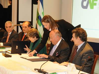 La Secretaria Ejecutiva de la CEPAL, Alicia Bárcena, firma el convenio que establece el Observatorio América Latina-Asia Pacífico en una ceremonia realizada en Montevideo.