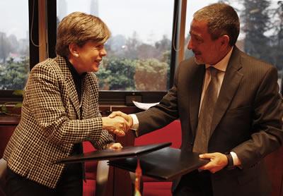 La Secretaria Ejecutiva de la CEPAL, Alicia Bárcena, y el Presidente del Centro de Gestión y Estudios Estratégicos de Brasil (CGEE), Mariano Laplane, se saludan tras la firma del acuerdo.