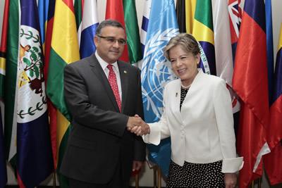 El Presidente de El Salvador, Mauricio Funes, y la Secretaria Ejecutiva de la CEPAL, Alicia Bárcena, se saludan tras la inauguración del trigésimo cuarto período de sesiones en El Salvador.