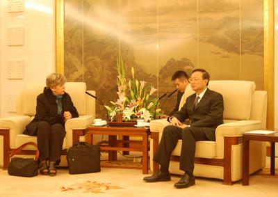 En su visita a China, la Secretaria Ejecutiva de la CEPAL sostuvo un encuentro con el Ministro de Relaciones Exteriores de ese país, Yang Jiechi.