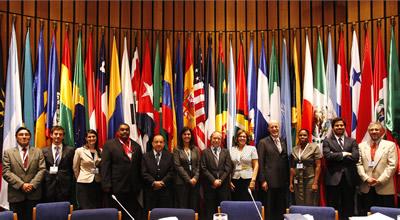 Los delegados de Brasil, Chile, Costa Rica, República Dominicana, Ecuador, Jamaica, México, Panamá, Perú y Uruguay, que participaron en la reunión sobre el principio 10, junto al representante de la CEPAL, Joseluis Samaniego (extremo derecho).
