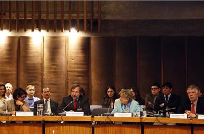 De izquierda a derecha, Cristina Vargiolu, Oficial de Política para América Latina de la Dirección General de la Comisión Europea para Redes de Comunicación, Contenido y Tecnologías (DG CONNECT), Pedro Pablo Errázuriz, Ministro de Transporte y Telecomunicaciones de Chile, Alicia Bárcena, Secretaria Ejecutiva de la CEPAL y Antonio Prado, Secretario Ejecutivo Adjunto de la CEPAL.