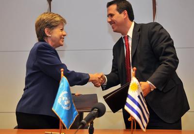 Alicia Bárcena, Secretaria Ejecutiva de la CEPAL, y Diego Cánepa, Prosecretario de la Presidencia de la República del Uruguay, se saludan tras la firma del convenio de cooperación.