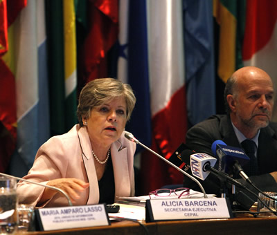 Alicia Bárcena, ECLAC Executive Secretary, presented the report Social Panorama of Latin America 2013. At her left, Martín Hopenhayn, Director of ECLAC Social Development Division.