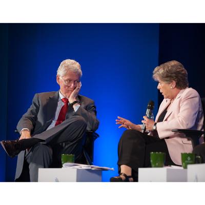 La Secretaria Ejecutiva de la CEPAL, Alicia Bárcena, conversa con el ex Presidente de Estados Unidos William Clinton durante la sesión plenaria de apertura del primer encuentro regional para América Latina de la Iniciativa Global Clinton, fundación dirigida por el ex gobernante.