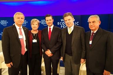 De izquierda a derecha, el Ministro de Hacienda de Chile, Felipe Larraín; por la Secretaria Ejecutiva de la CEPAL, Alicia Bárcena; los presidentes de México, Enrique Peña Nieto, y de Colombia, Juan Manuel Santos, y el Primer Ministro de Perú, César Villanueva.