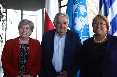 La Secretaria Ejecutiva de la CEPAL, Alicia Bárcena (izquierda), junto a los Presidentes de Uruguay, José Mujica, y Chile, Michelle Bachelet.