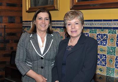La Ministra de Relaciones Exteriores de Perú, Eda Rivas (a la izquierda), y la Secretaria Ejecutiva de la CEPAL, Alicia Bárcena, durante su encuentro en Lima.