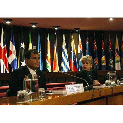 El Presidente de Ecuador, Rafael Correa, y la Secretaria Ejecutiva de la CEPAL, Alicia Bárcena, durante una conferencia magistral del mandatario ecuatoriano en la sede de la Comisión Económica para América Latina y el Caribe (CEPAL) en Santiago, Chile.