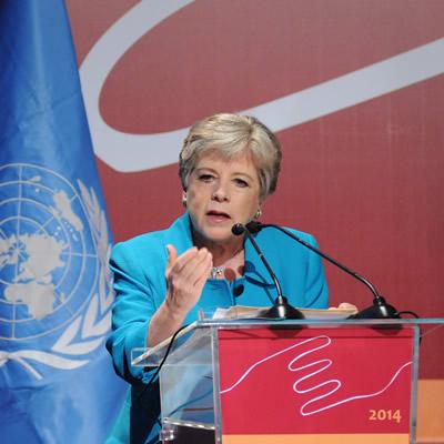 """""""Necesitamos alcanzar pactos sociales que permitan reorientar el desarrollo sobre la base de la igualdad y la sostenibilidad ambiental"""", señaló Alicia Bárcena, Secretaria Ejecutiva de la CEPAL."""