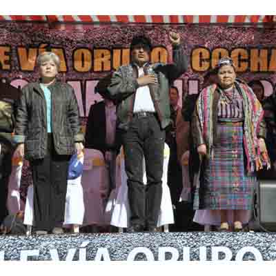 El Presidente Evo Morales, junto a la Secretaria Ejecutiva de la CEPAL, Alicia Bárcena (izq.) y a la líder indígena guatemalteca Rigoberta Menchú, Premio Nobel de la Paz 1992, durante un acto en Oruro.