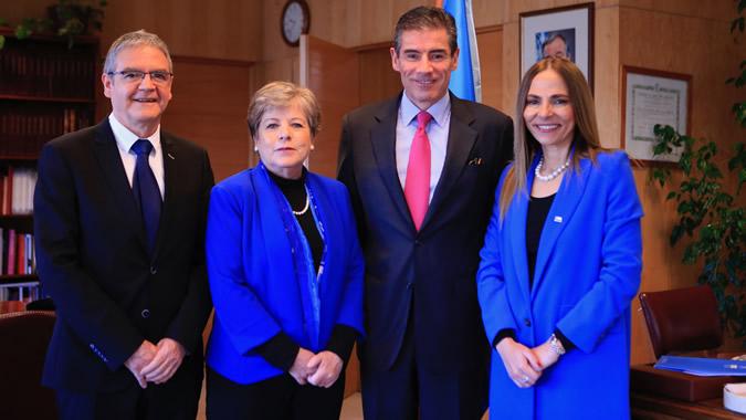 De izquierda a derecha: Mario Castillo, Oficial Superior de Asuntos Económicos de la División de Asuntos de Género de la CEPAL, Alicia Bárcena, Secretaria Ejecutiva de la CEPAL, Mario Farren, Superintendente de Bancos e Instituciones Financieras, e Isabel Plá, Ministra de la Mujer y la Equidad de Género de Chile.