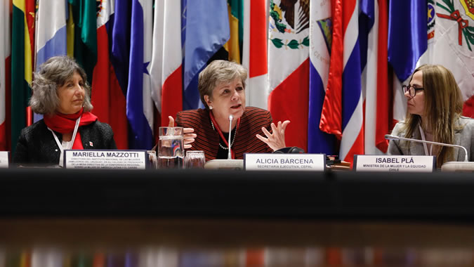 From left to right, Mariella Mazzotti, Director of the National Women's Institute (INMUJERES) of Uruguay, Alicia Bárcena, ECLAC's Executive Secretary and Isabel Plá, Chile's Minister of Women and Gender Equity.